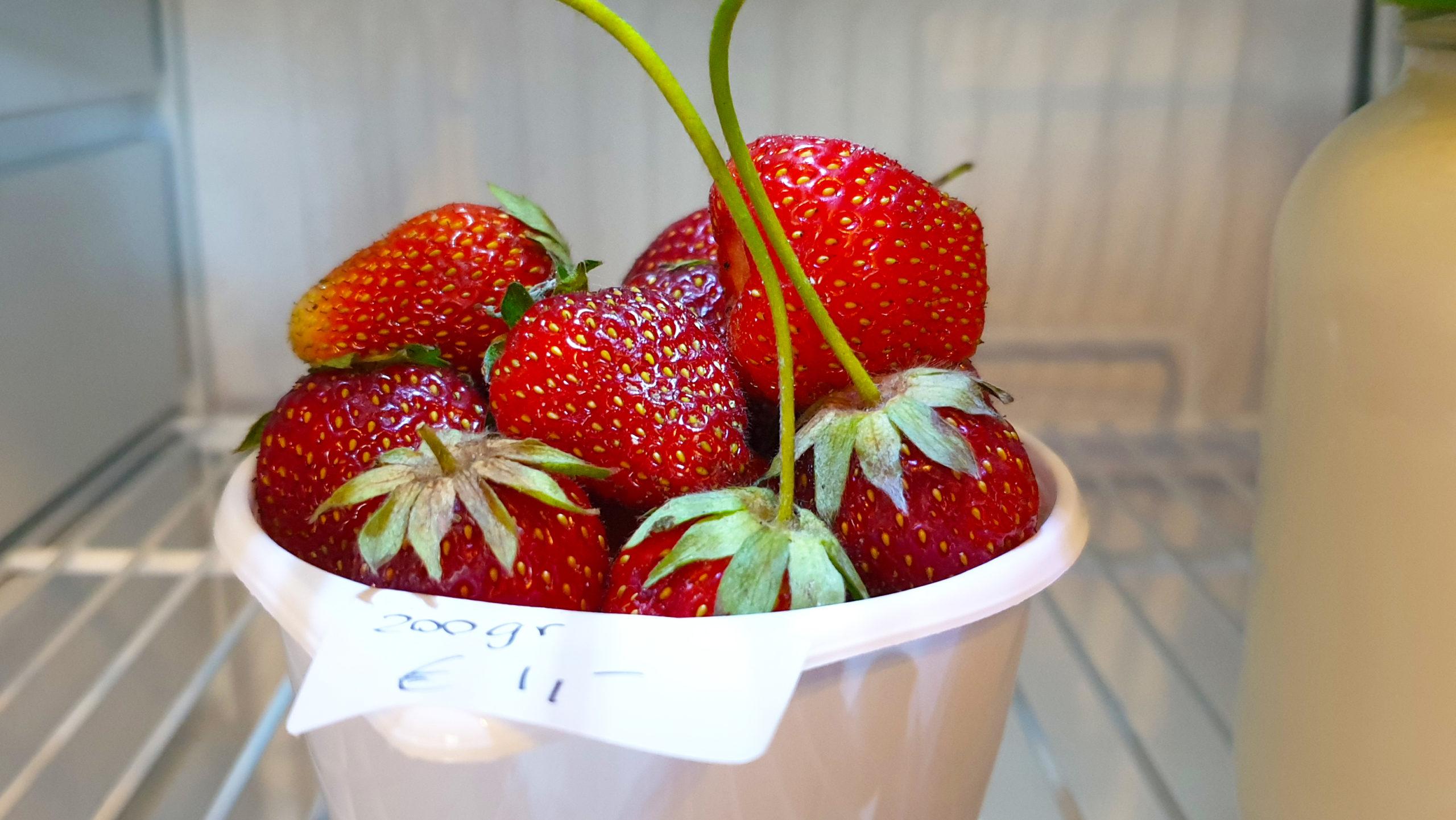 Verrassing in de koelkast bij Melktap Heeswijk Dinther, een bakje heerlijke verse aardbeien