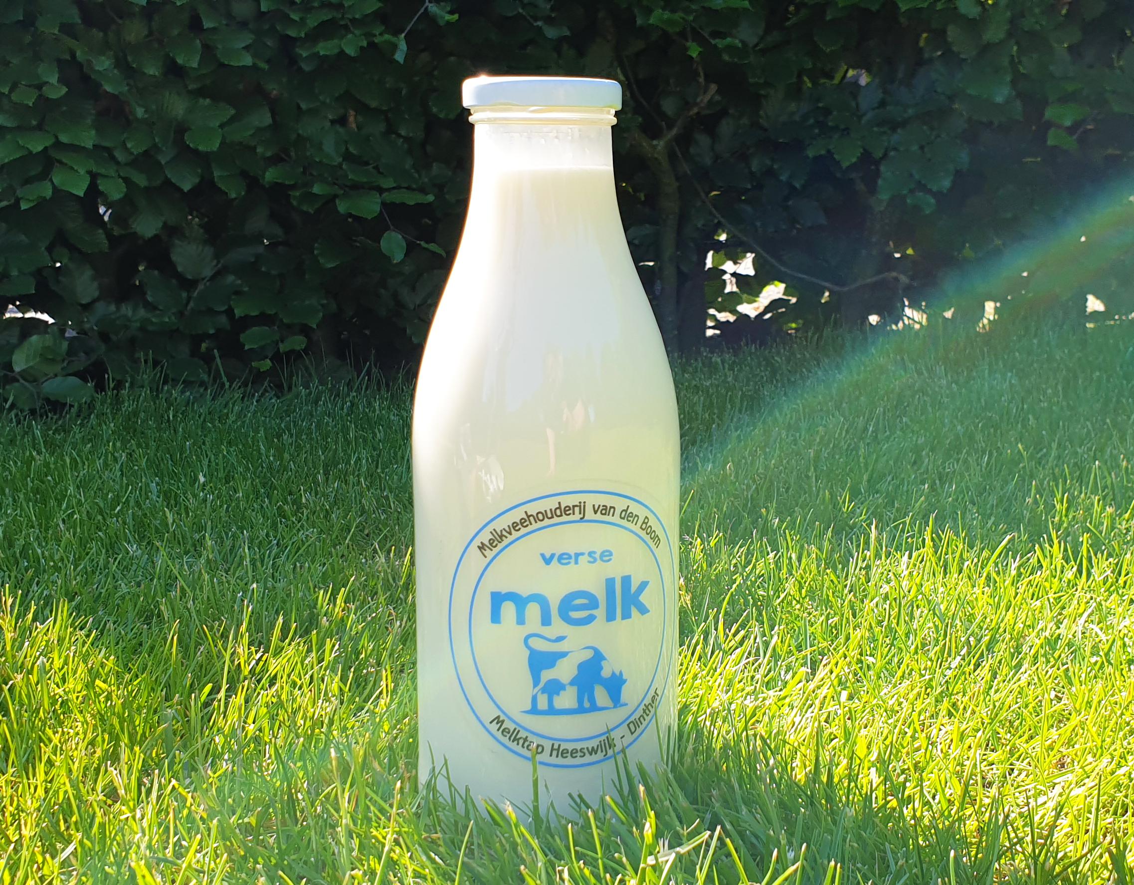 Een fles heerlijke vers getapte melk van melktap heeswijk dinther